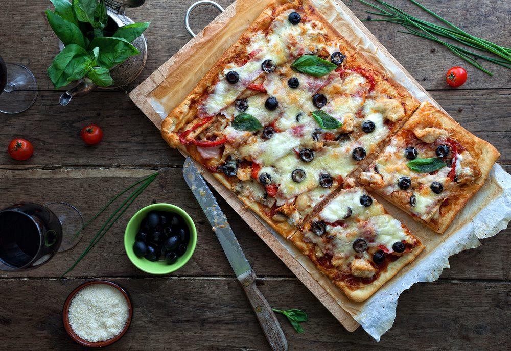 Une recette santé de pizza au poulet et salsa