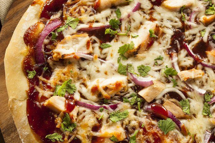 Une recette santé de pizza au poulet sur pain pita