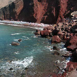 1. La plage rouge de Santorin, Grèce