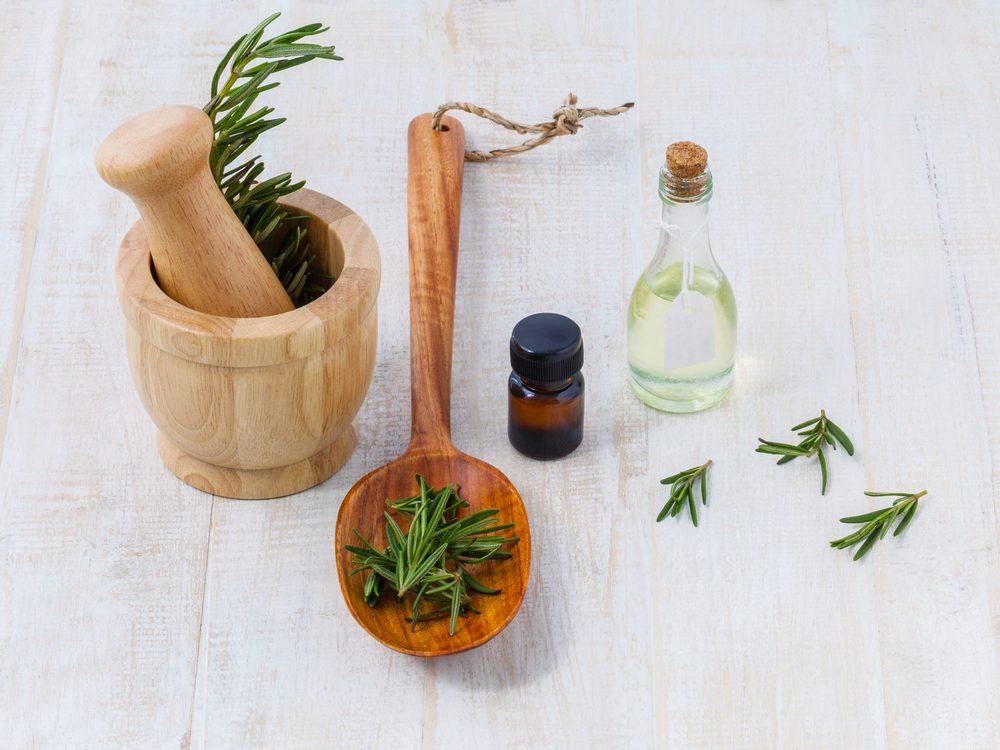 Le romarin est un bon remède maison pour les cheveux abîmés et secs.