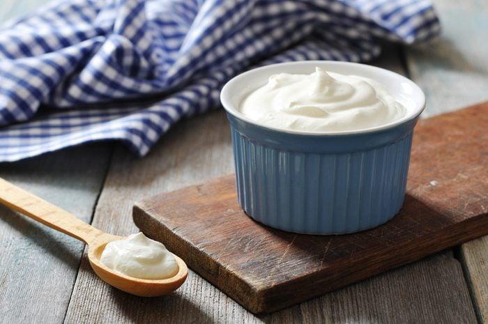 Du yogourt, l'un des meilleurs remèdes de grand-mère pour soulager les maux d'estomac.
