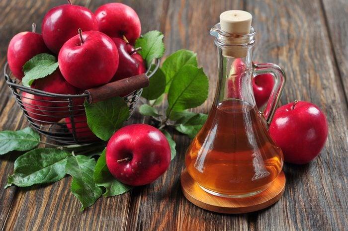 Remède naturel pour mau de ventre: du vinaigre de cidre de pommes pour apaiser l'indigestion, les crampes et les gaz.