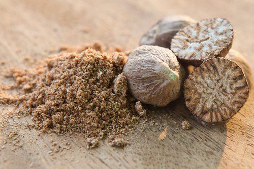 La noix de muscade moulue est un remède maison efficace pour effacer l'acné