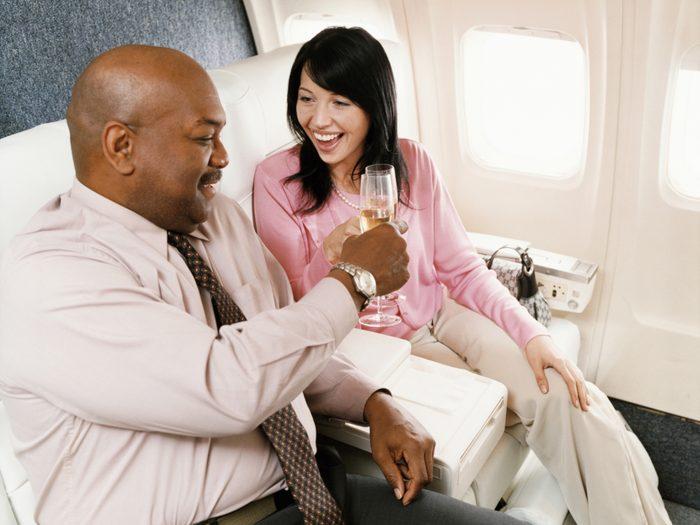 Être assis à l'écart de ses compagnons de voyage