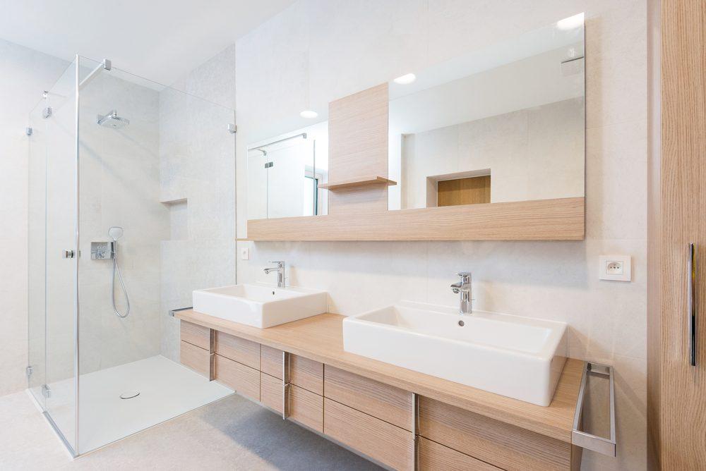 30 astuces pour reamenager la salle de bains a petit prix With carrelage adhesif salle de bain avec barre de lumiere led