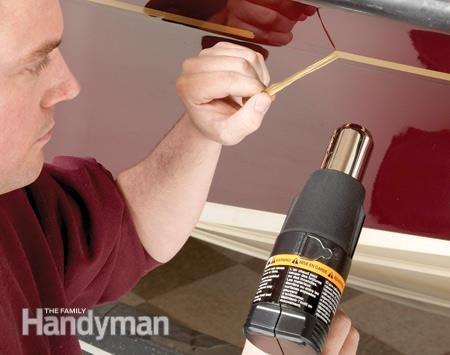 Enlever les décorations avant la réparation de la fibre de verre