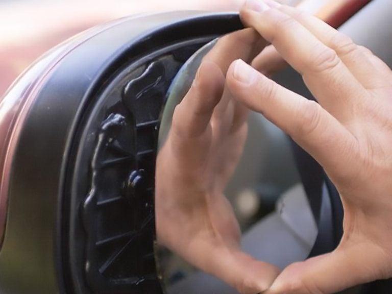 Réparer le miroir d'un rétroviseur latéral