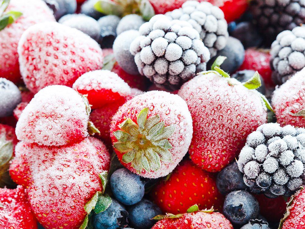 Faites des réserves d'aliments tels que les fruits des bois surgelés.