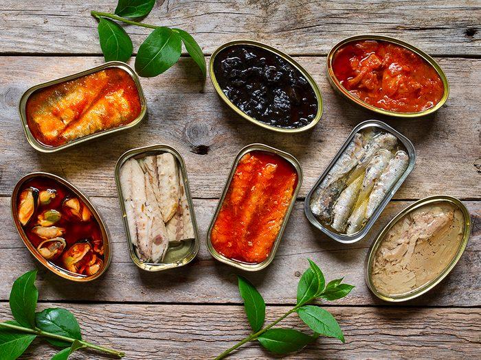 Ayez toujours en réserve des aliments tels que des poissons en conserve.