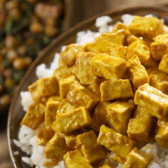 Bol de riz, tofu et légumes avec sa sauce aux arachides épicée