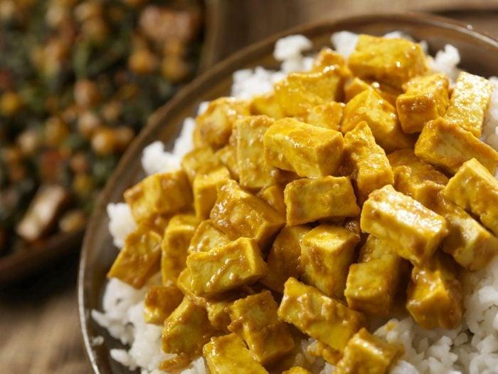 Bol de riz, tofu et légumes avec sa sauce aux arachides épicée.
