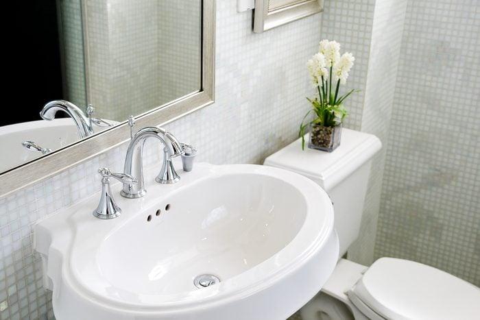 Investir dans de nouveaux robinets pour rénover sa salle de bain.
