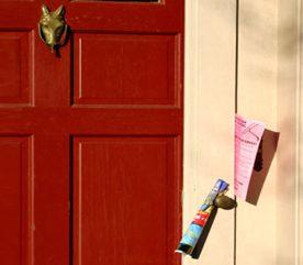 6. Pendant vos vacances, demandez à un voisin de ramasser votre courrier.