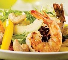 Salade à la mangue et aux crevettes grillées