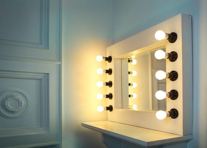 Rénover la salle de bain avec un espace pour le maquillage.