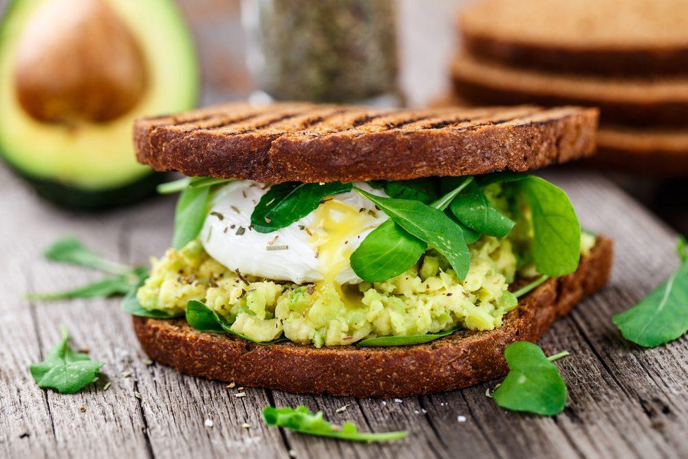 Le sandwich maison aux oeufs: une excellente source de protéines et de fibres pour le déjeuner.
