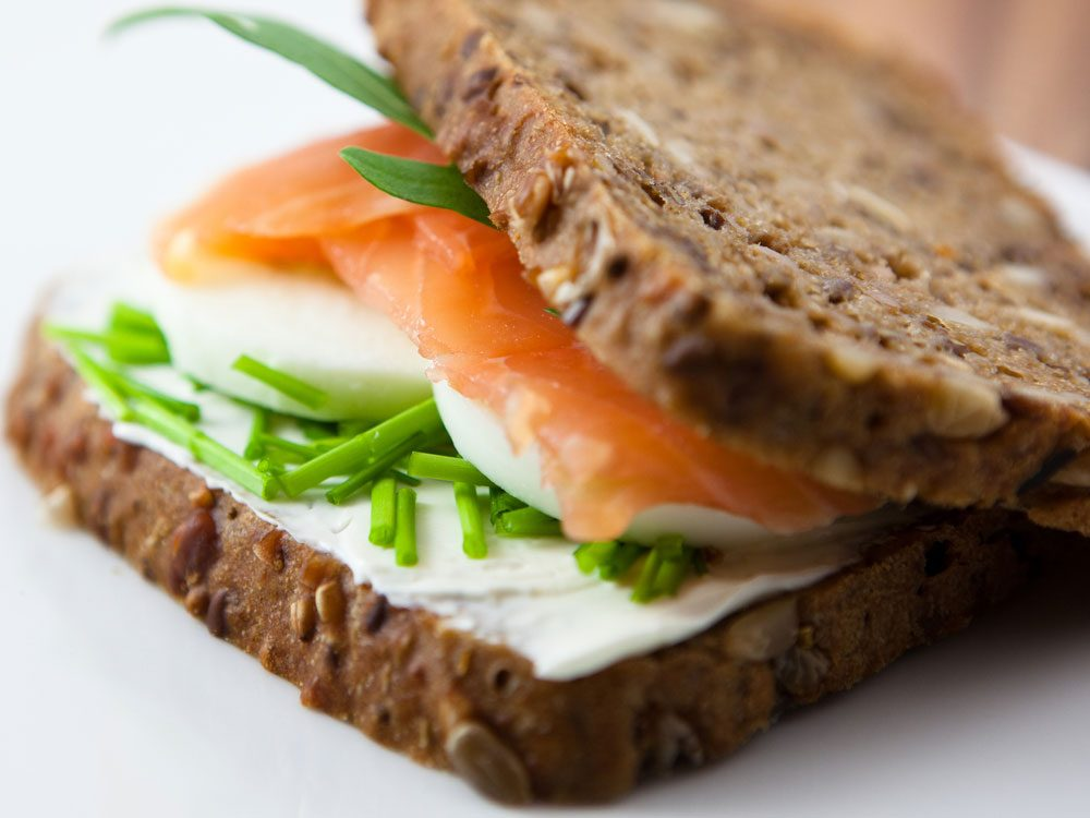 Une recette de sandwich au saumon et wasabi