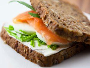 Sandwiches au saumon avec gingembre mariné et wasabi