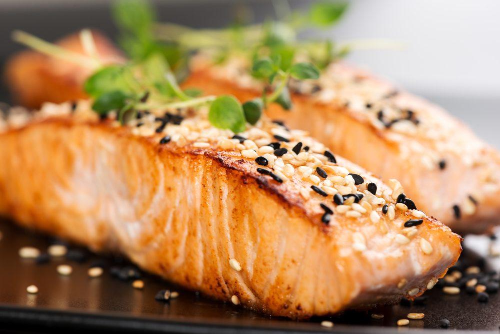 Pour faire baisser son taux de cholestérol, mangez du saumon.