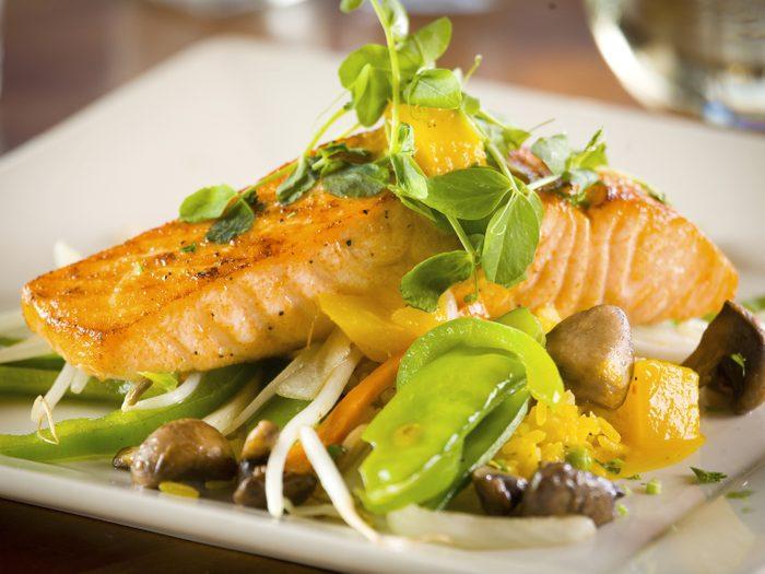 Une recette de saumon au farro pour faire baisser votre cholestérol