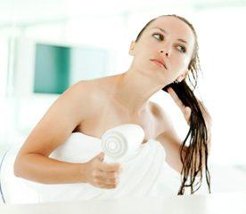 5. Pour des cheveux plus brillants, pointez le sèche-cheveux vers le bas