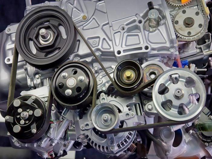 Voici comment vérifier l'usure des courroies de votre moteur d'auto