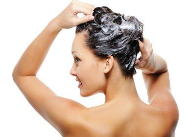 Se laver les cheveux régulièrement, mais pas tous les jours