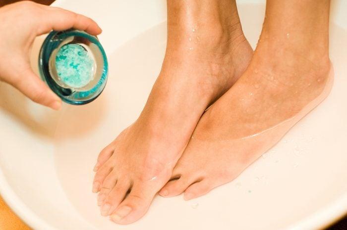Le sel d'epsom est utile pour soigner les pieds endoloris.
