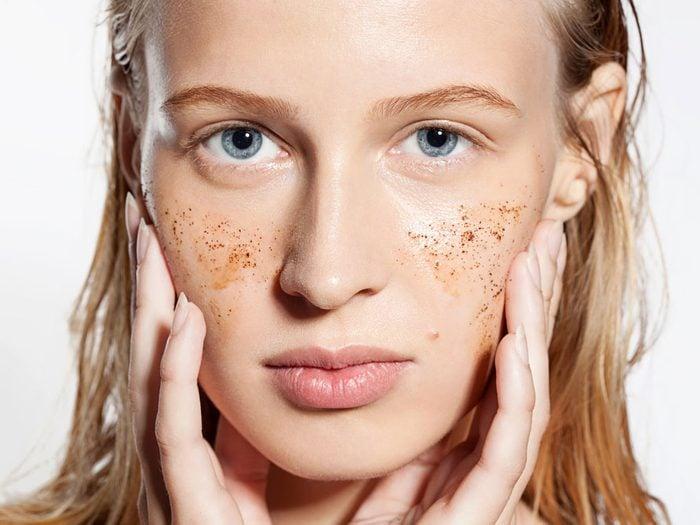 À quelle fréquence vous exfoliez-vous la peau?