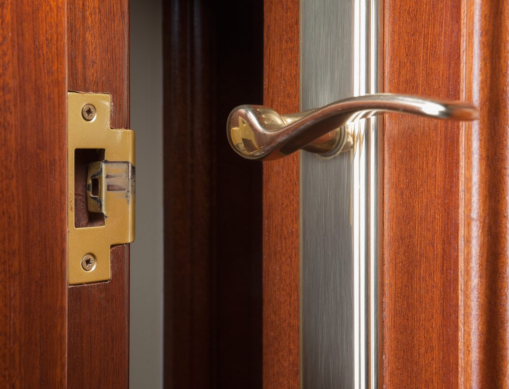 rparer un trou dans une porte awesome rnover une porte en bois les gonds with rparer un trou. Black Bedroom Furniture Sets. Home Design Ideas