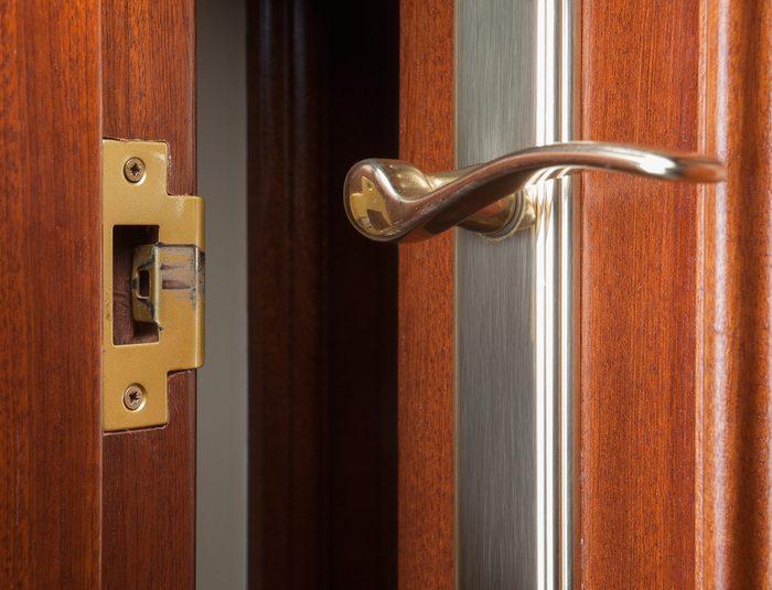 Une solution simple pour réparer une porte coincée.