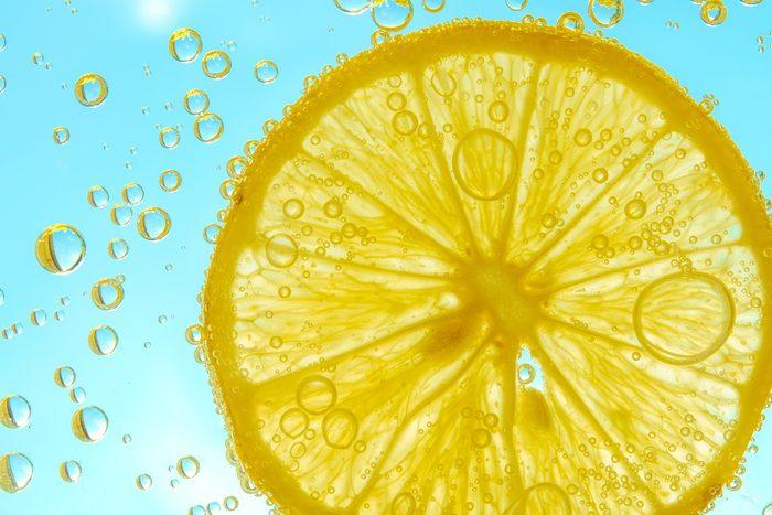 De l'eau pétillante et du citron