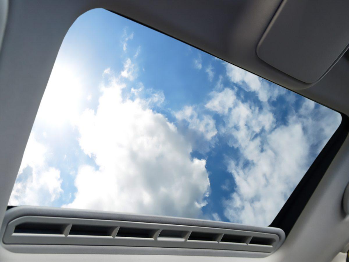 comment r parer une fuite du toit ouvrant de votre auto. Black Bedroom Furniture Sets. Home Design Ideas