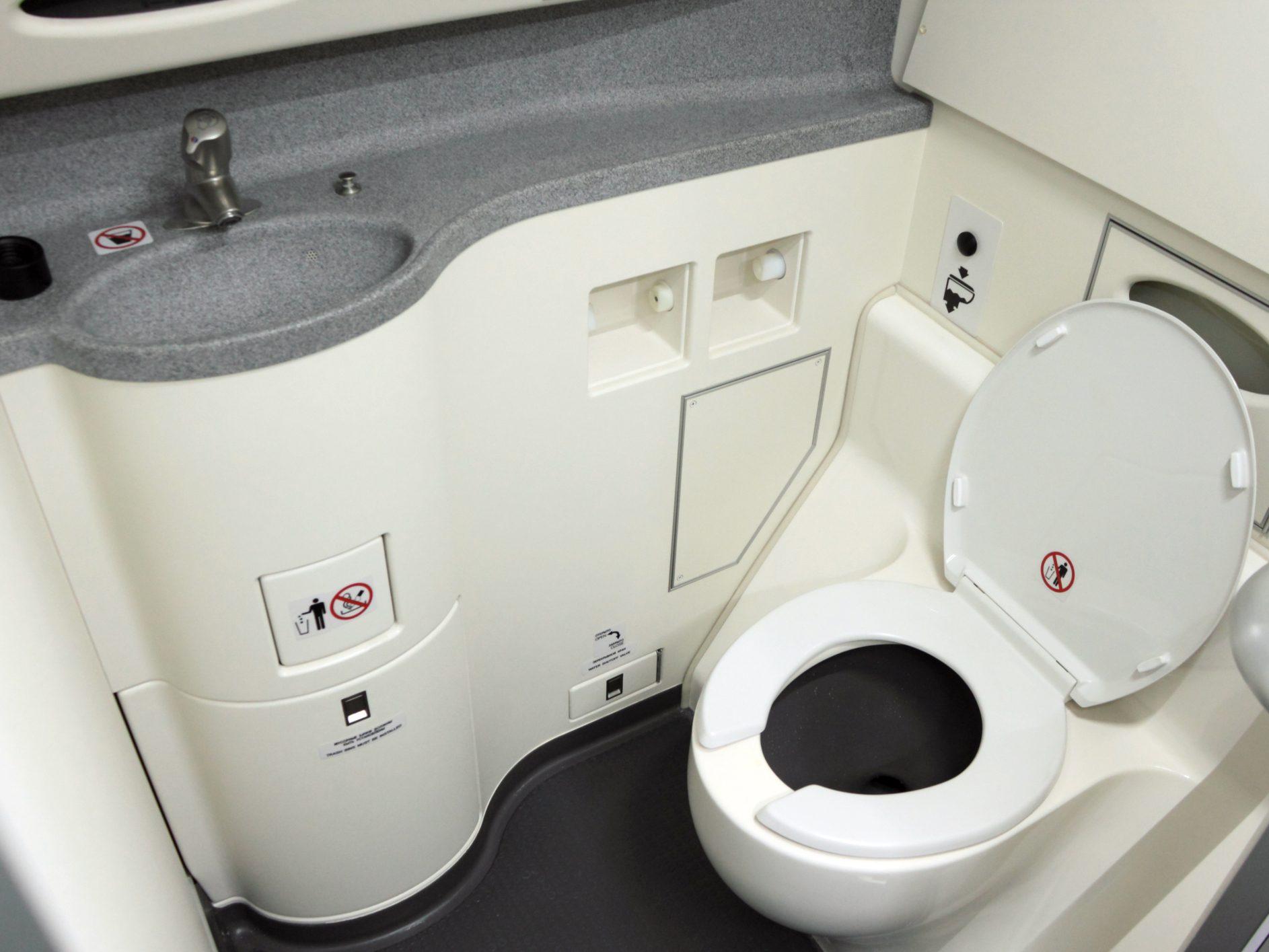 La porte des toilettes peut être déverrouillée de l'extérieur