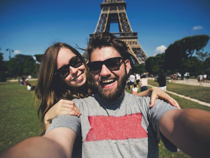 Le selfie romantique: la tour Eiffel, Paris