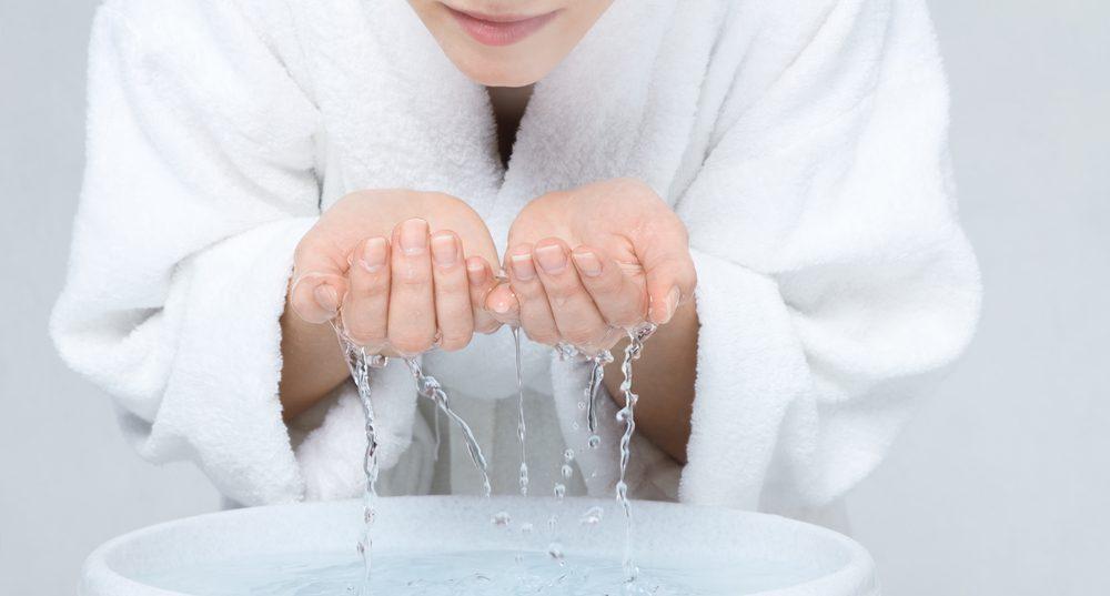 Une mauvaise habitude beauté: nettoyer son visage trop souvent ou avec un savon inadéquat