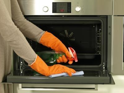 Pour nettoyer la porte de votre four, utilisez une préparation maison à base de vinaigre