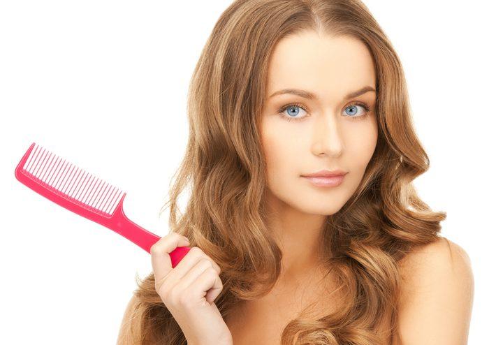 Parmi les meilleurs trucs pour avoir de beaux cheveux, utiliser les brosses et les peignes appropriés