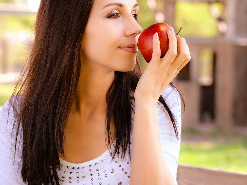 1. Reniflez une banane, une pomme ou de la menthe poivrée est un bon truc pour perdre du poids