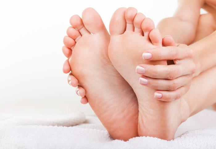 L'huile d'arbre à thé contre l'odeur des pieds.