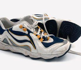 2. Des chaussures de sport usées