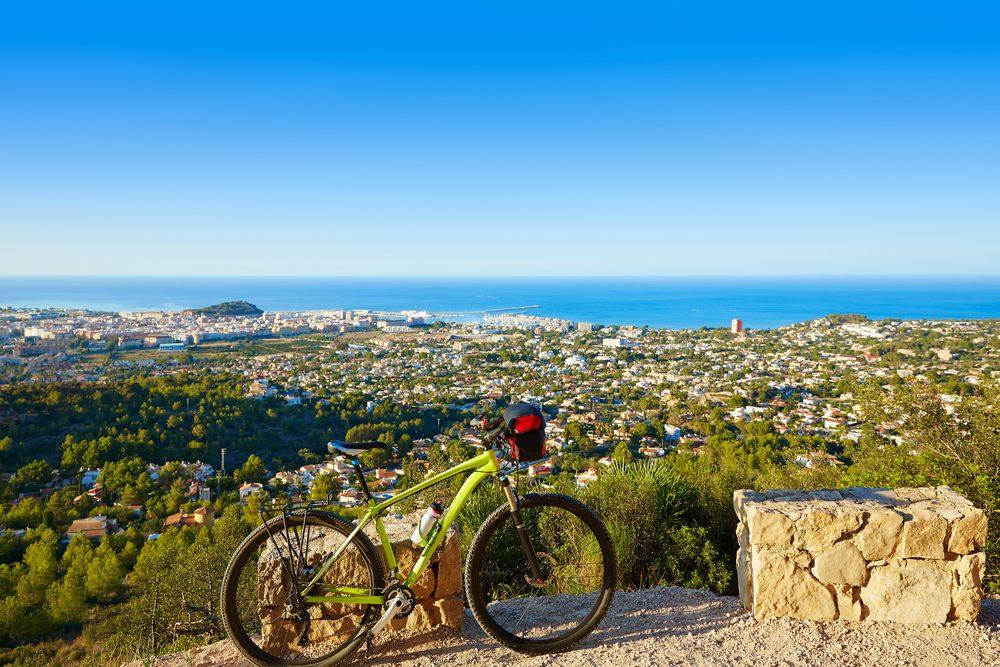 En vélo du haut d'une montagne pour une vue spectaculaire