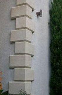 2. Pierres d'angle sur une maison en stuc