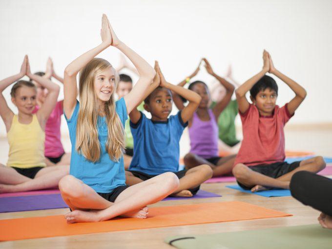 Le yoga stimule la confiance et l'estime de soi des enfants