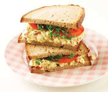 Sandwich à la salade aux oeufs avec cari et fleurons de brocoli