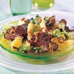 Salade de foies de poulet et de pommes sur feuilles de chêne