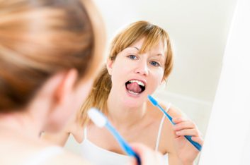 2. REGARDEZ! Voyez-vous de la plaque et du tartre sur vos dents?