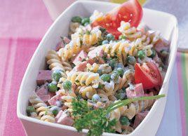 Salade de pâtes aux petits pois et aux saucisses
