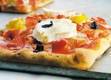 Pizza aux tomates grillées et au fromage de chèvre