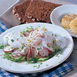 Salade de raifort et de radis sur un lit de concombres